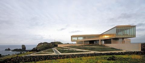 안도 다다오가 설계한 갤러리 레스토랑 '글라스 하우스'. 제주 서귀포시 '휘닉스 아일랜드' 리조트 내 바다가 훤히 내려다보이는 해변 언덕에 있다. 인간과 자연, 공간의 조화점을 찾는 안도 다다오의 건축 양식이 잘 드러나 있다. ⓒ휘닉스아일랜드
