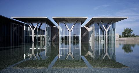 미국 텍사스주 포트워스의 포트워스 현대미술관. 콘크리트와 유리로 만든 5개의 직육면체 건물이 얕은 연못으로 둘러싸여 있다. 지붕의 차양을 열면 빛이 쏟아진다. ⓒ포트워스 현대미술관
