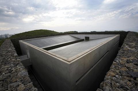 제주 서귀포시 섭지코지에 자리한 명상 갤러리 '지니어스 로사이(Genius Loci)'. 안도 다다오 특유의 노출 콘크리트 건물을 제주의 상징인 돌담이 둘러싸고 있다. ⓒ휘닉스아일랜드