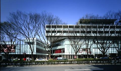 도쿄의 패션 거리인 오모테산도힐즈. 유서 깊은 아파트 단지를 허물고 재개발한 쇼핑센터로, 300m에 이르는 느티나무 가로수 등 예전 풍경을 보전하기 위해 낮고 길쭉하면서도 화려하지 않은 외형을 택했다. ⓒ안도다다오건축연구소 제공