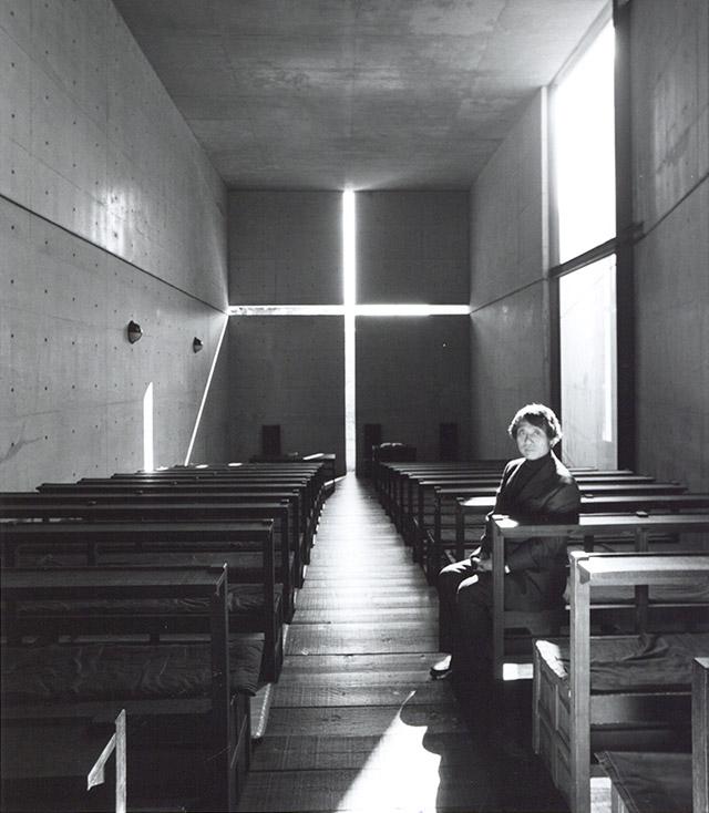 오사카 외곽 이바라키에 위치한 빛의 교회에서 찍은 안도 다다오. 빛의 교회는 안도 다다오의 1990년 작품이다. (사진 제공: 조선일보)