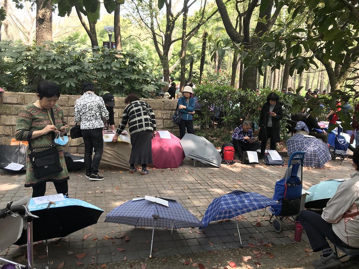 우산마다 종이가 붙어 있다. ©문수미