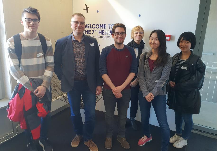스타트업 워크어바웃 프로그램의 일환으로 트랜스퍼와이즈 에스토니아 사무실을 방문하여 인증사진을 찍었다. 가운데 붉은 셔츠를 입은 사람이 트랜스퍼와이즈 직원이고, 나머지는 프로그램에 참여, 견학 온 멤버들이다. ⓒ박인