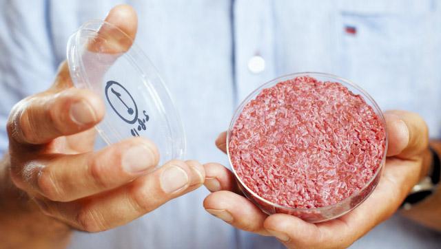 멤피스 미츠는 살아 있는 동물에게서 세포를 추출한 뒤 이를 배양해 고기를 만든다. 도축을 하지 않을 뿐 실제 동물 고기 맛과 차이가 거의 없다. 멤피스 미츠 직원이 배양육 샘플을 보여주고 있다. ⓒQUARTZ