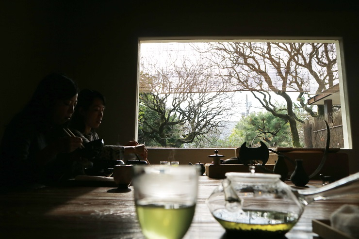 야쿠모 사료의 조식룸. 큰 창을 통해 햇살이 비치는 푸른 정원을 바라볼 수 있다. ©정창윤