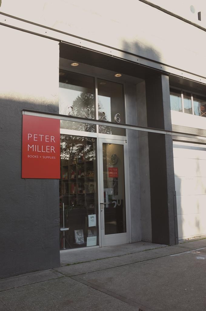 이전하기 전의 서점 외관. 빨간 네모에 자신의 이름만 새겨 넣은 것처럼 이 서점은 피터 밀러에 의한 서점이다. ⓒ이현주