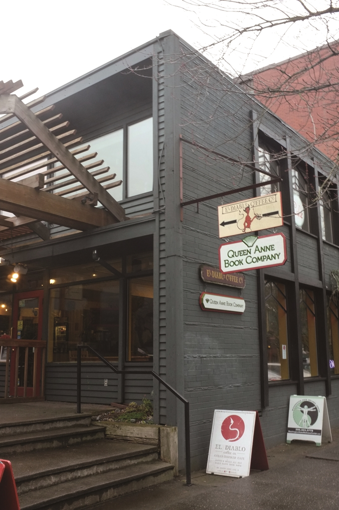 퀸앤 북컴퍼니가 자리 잡은 거리에는 오래되고 개성 있는 가게가 길을 따라 줄지어 있다. 바로 옆에는 이 지역 커피숍이 있어서 책을 산 사람들이 종종 커피숍에서 책을 읽으며 시간을 보내기도 한다. ⓒ이현주