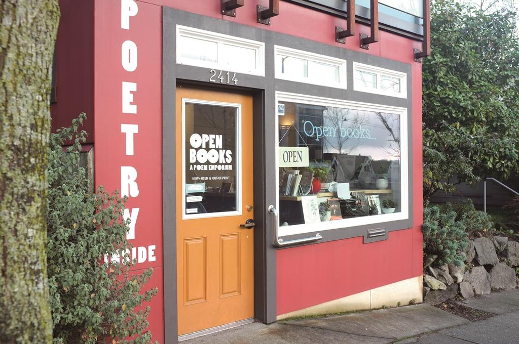 넓고 넓은 미국 내에서도 단 세 곳밖에 없는 시집 전문 서점이 시애틀에 있다. 오픈 북스는 1995년 시인 부부가 문을 연 후 20년 만인 2016년에 주인이 바뀌었다. 전 주인도 그랬지만 시애틀이 고향인 새 주인 빌리 스위프트는 오랫동안 문학을 공부한 사람이라 시를 어렵다고 느끼는 보통 사람에게도 꼭 맞는 시집을 추천해 줄 수 있는 능력자다. ⓒ이현주