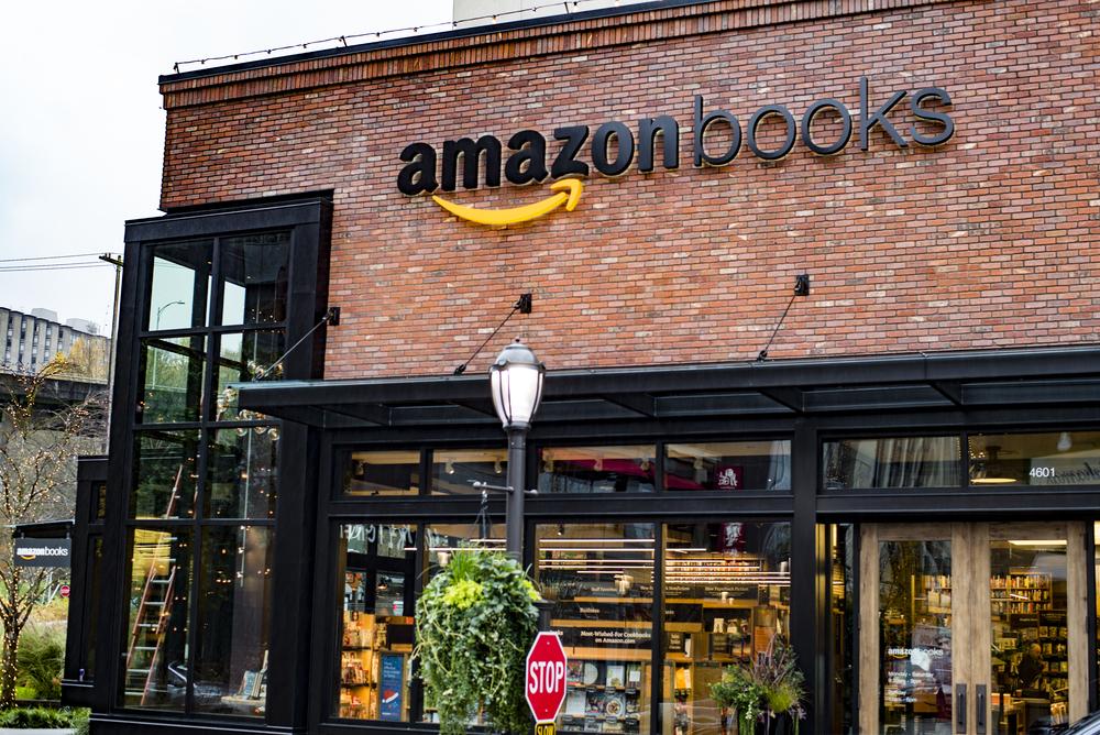 아마존은 미국 워싱턴주 시애틀 대학 마을(University Village)에 '아마존 북스'라고 불리는 아마존의 첫 오프라인 서점을 2015년 11월에 열었다. ⓒShutterstock.com