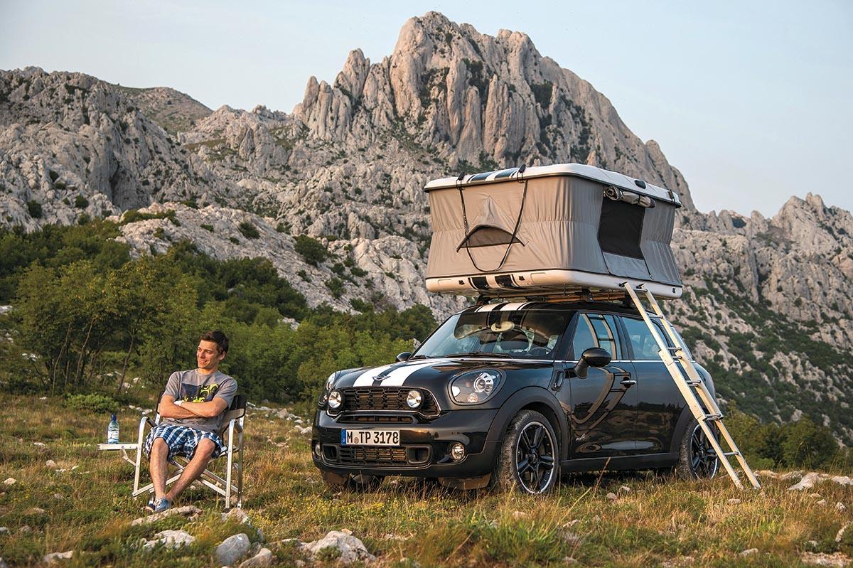 루프탑 텐트를 장착한 BMW 미니 컨트리맨. 개인이 모는 차종이 그의 성격과 라이프스타일을 드러내는 지표가 된다. ⓒBMW