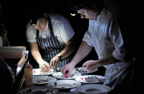 영화 상영 중 식사 준비는 비밀스럽고 분주하게 이루어진다.ⓒCuore Private Kitchen