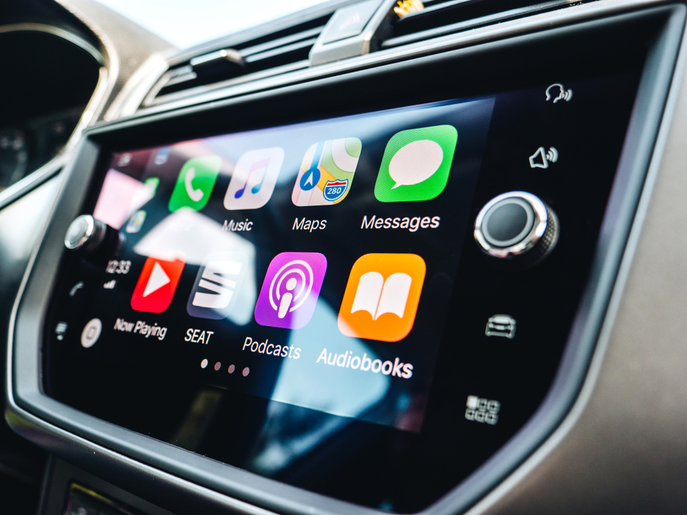 요즘은 차량 내에서 오디오북을 듣기에 편리한 환경이 갖춰진 경우가 많다.