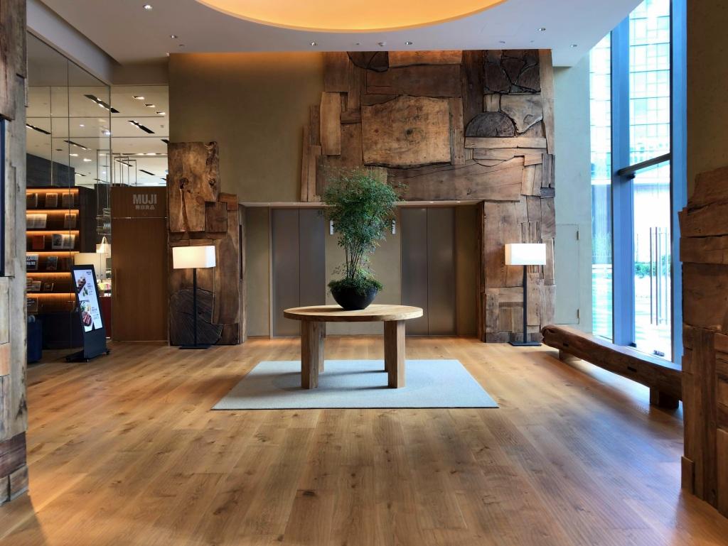 폐목재를 활용한 무지 호텔 선전 로비 ©이승준