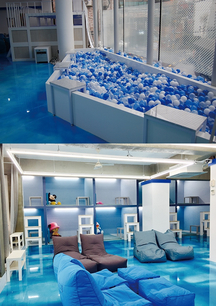 프렌차이즈 만화 카페, 섬. 푸른 바다와 백사장에서 영감을 받은 공간 디자인은 기존의 만화방에 대한 부정적 인식을 벗어낸다. 볼 풀, 해먹 등도 설치해놓았다. ⓒ즐거운작당