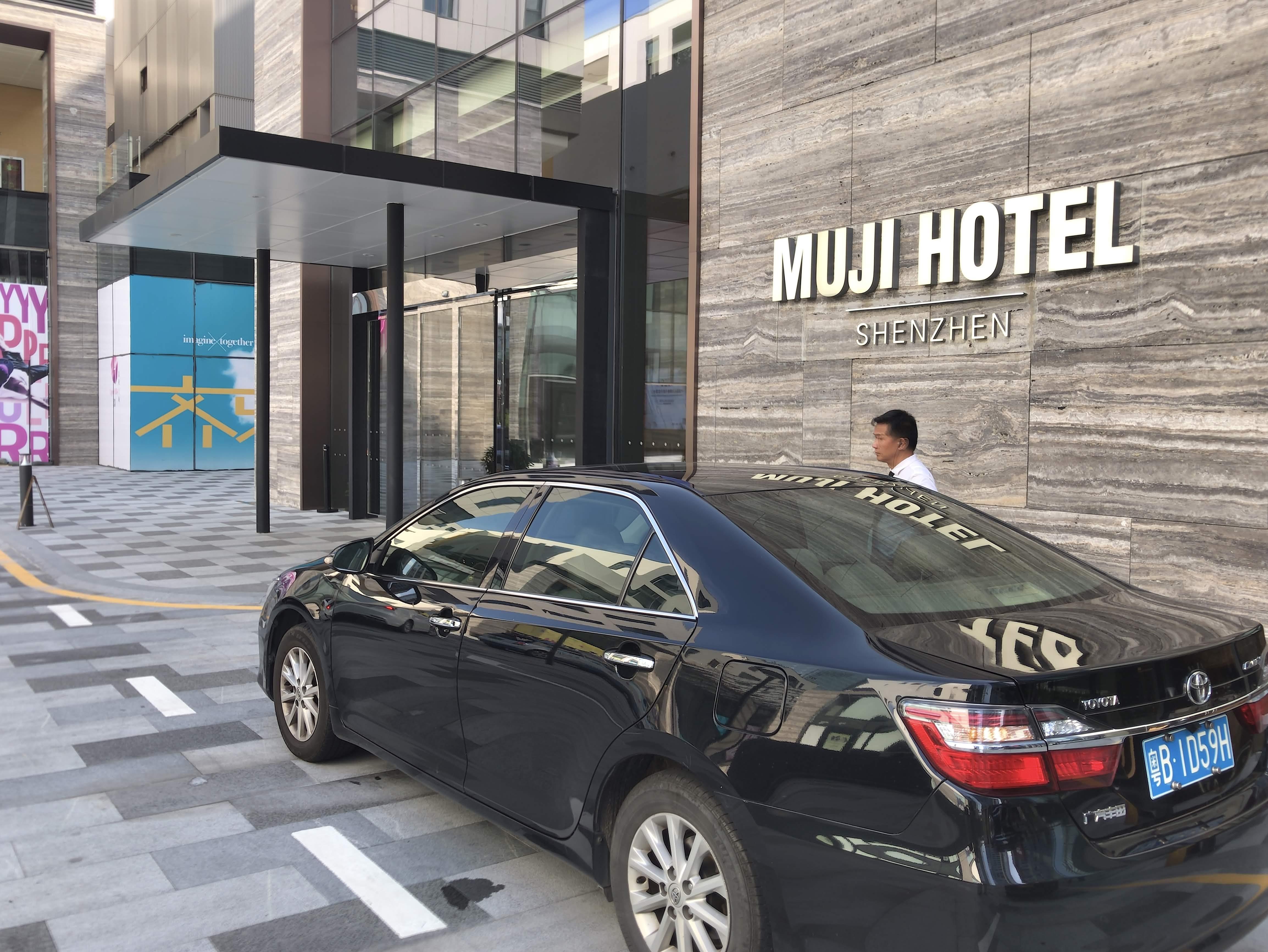 고객 차량의 문을 열어주거나 짐을 옮겨주는 직원이 상주하지 않는 무지 호텔 ©이승준