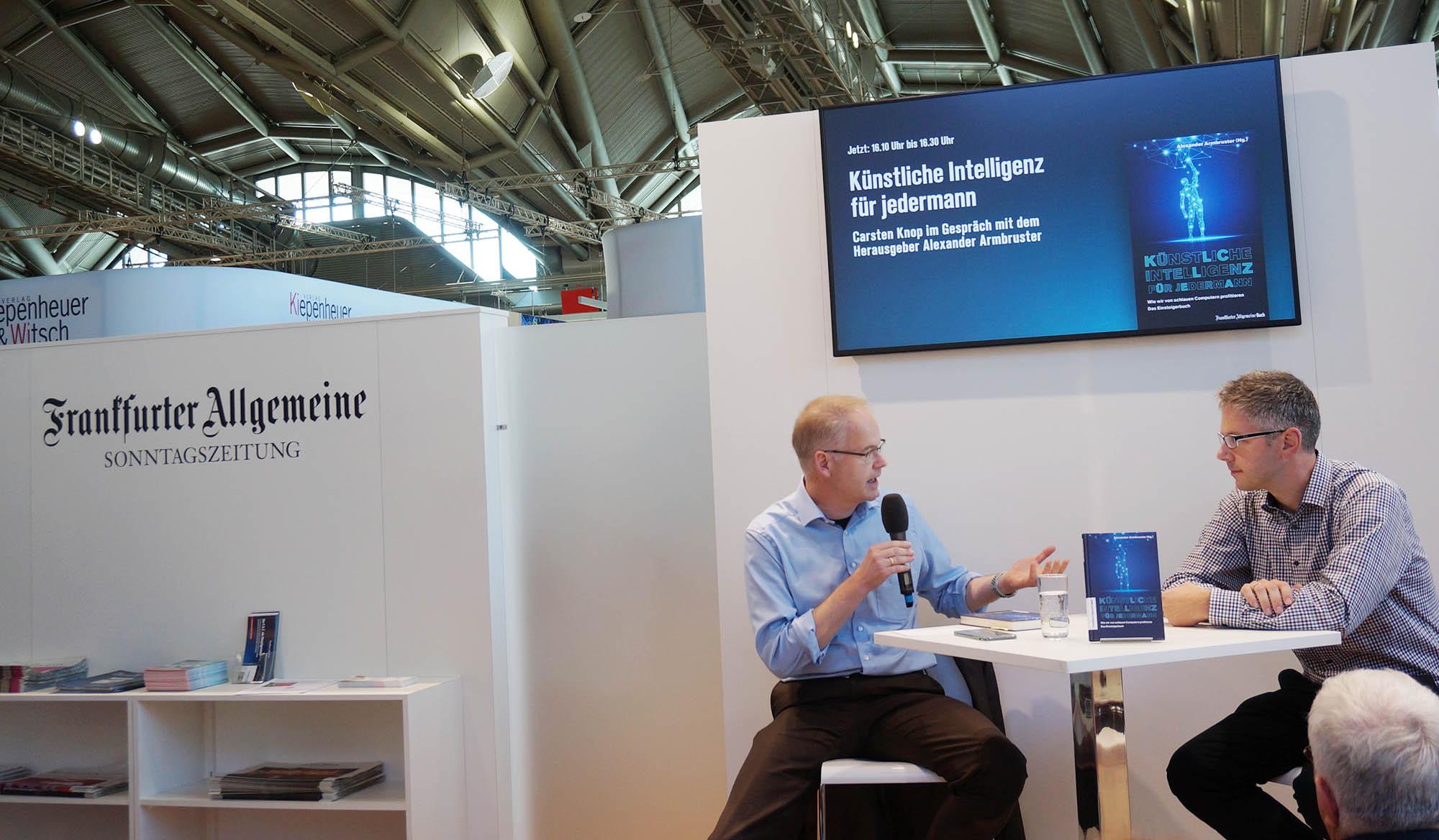 프랑크푸르터 알게마이네 신문사에서 <모두를 위한 인공지능>의 저자와 대화를 나누고 있다. ⓒ이유진