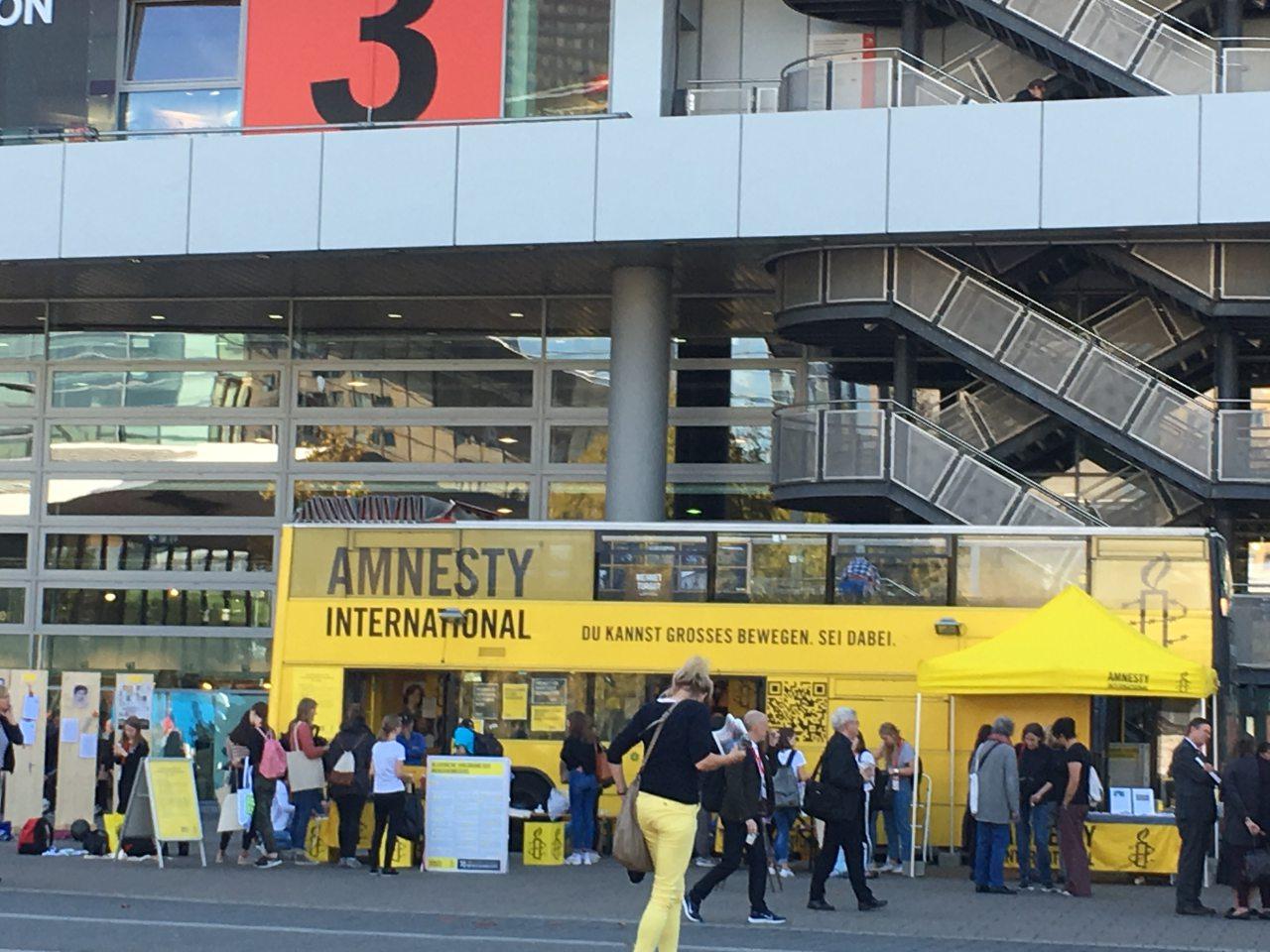 북페어 광장에 설치된 엠네스티 인터네셔널 버스 부스. 사람들은 이곳에서 인권과 관련한 퀴즈 게임을 하고, 조형물을 만드는 데 참여하기도 한다. ⓒ이은서