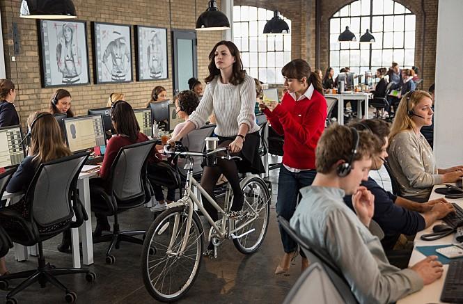 개방형 사무실에서 자전거를 타는 영화 '인턴' 속 주인공 ©인턴