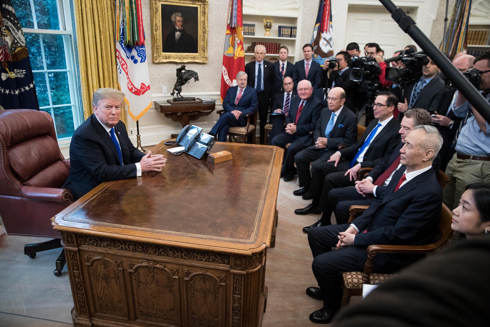 트럼프 대통령이 백악관 집무실에서 미중 협상대표단을 만났다. ⓒSarah Silbiger for The New York Times