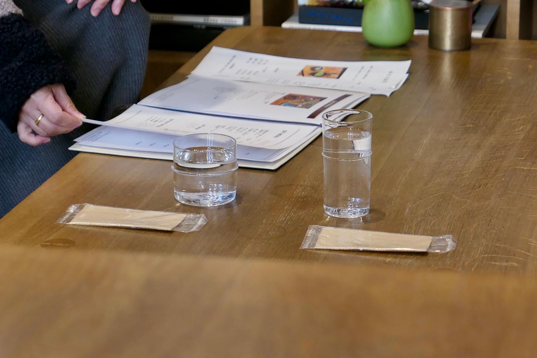 컵 디자인이 서로 다르다. 이 덕분에 일행의 컵이 헷갈리는 일이 없다. ©생각노트