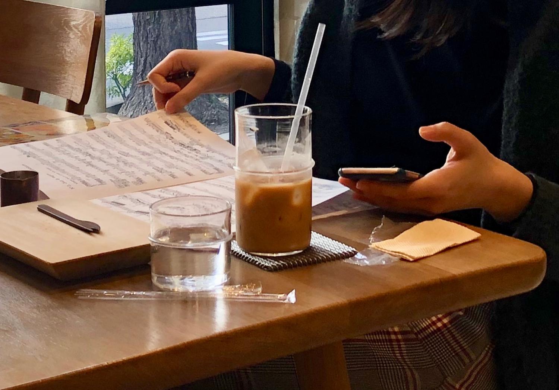 아이스 컵 받침으로 주는 메탈 소재의 코스터. 차가운 음료를 오랫동안 유지해주고 물방울이 컵 바닥에 맺히지 않도록 해준다. ©생각노트
