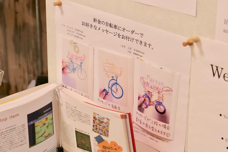 관광객이 원하는 스펠링, 언어로 특별한 작품을 만들어 준다. ©생각노트