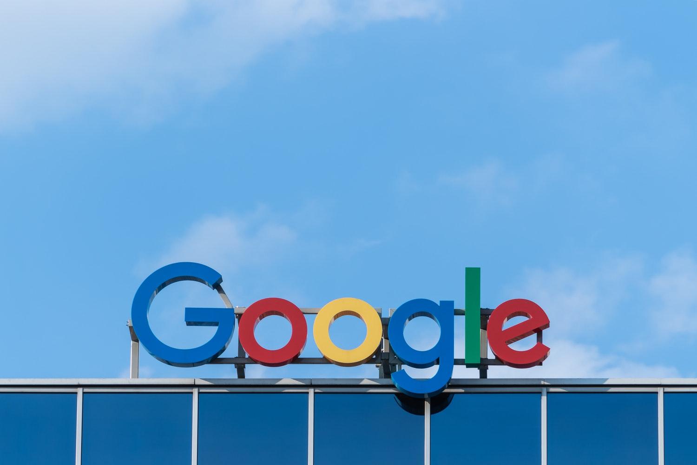구글은 군사적 목적으로 미국 국방부에 AI 기술을 제공해왔지만 직원들의 청원서와 항위 시위에 기술 지원 계약 연장을 접었다. 드래곤플라이 프로젝트는 중국이 중국용 검색 엔진을 개발하고자 한 프로젝트로, 직원들은 중국의 탄압과 인권 유린을 돕게 되는 것이라며 반발했다. ⓒPaweł Czerwiński/Unsplash