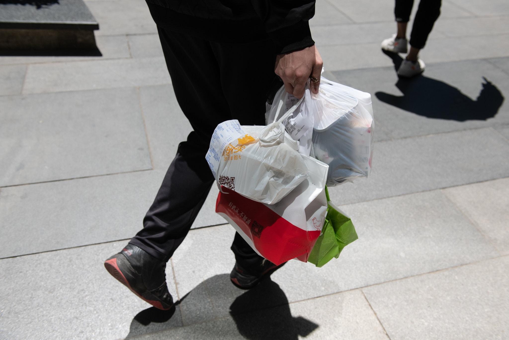 포장용기를 재활용하려면 먼저 깨끗하게 씻어야 한다. 하지만 사람들은 그냥 버리고 만다. ⓒNa Zhou for The New York Times