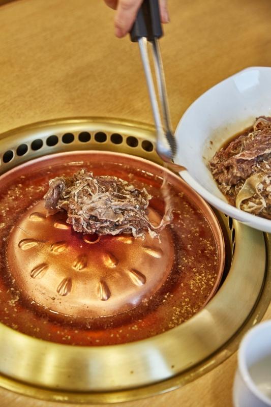 한일관은 노란 불판에 넉넉한 국물이 끓는 서울식 불고깃집이다. ⓒ노중훈