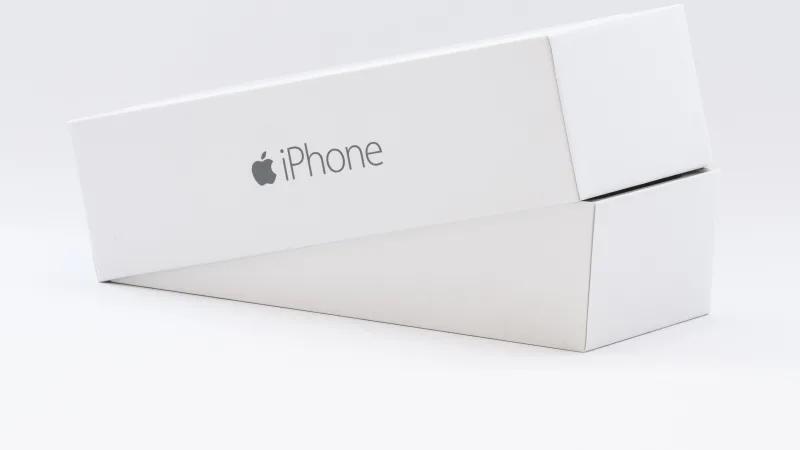 완벽하게 꼭 맞아떨어지는 섬세한 아이폰 상자는 그 자체로 마케팅입니다. ⓒApple