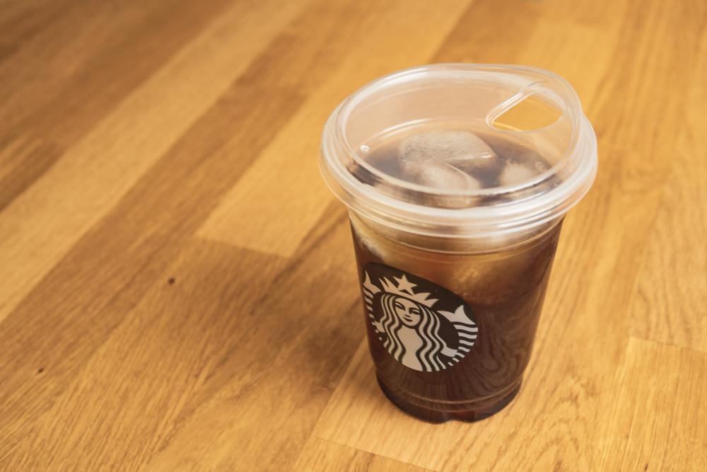 빨대를 없앤 스타벅스의 새로운 테이크아웃 컵 리드(뚜껑) ⓒShutterstock