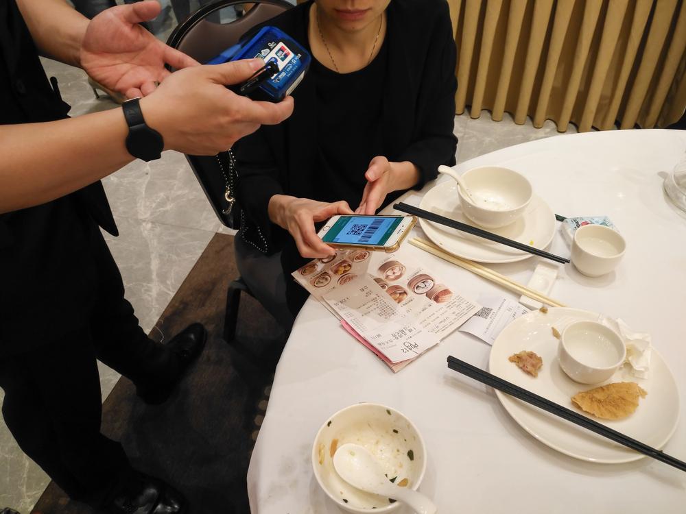 중국의 한 식당에서 모바일로 결제하는 모습 ⓒShutterstock