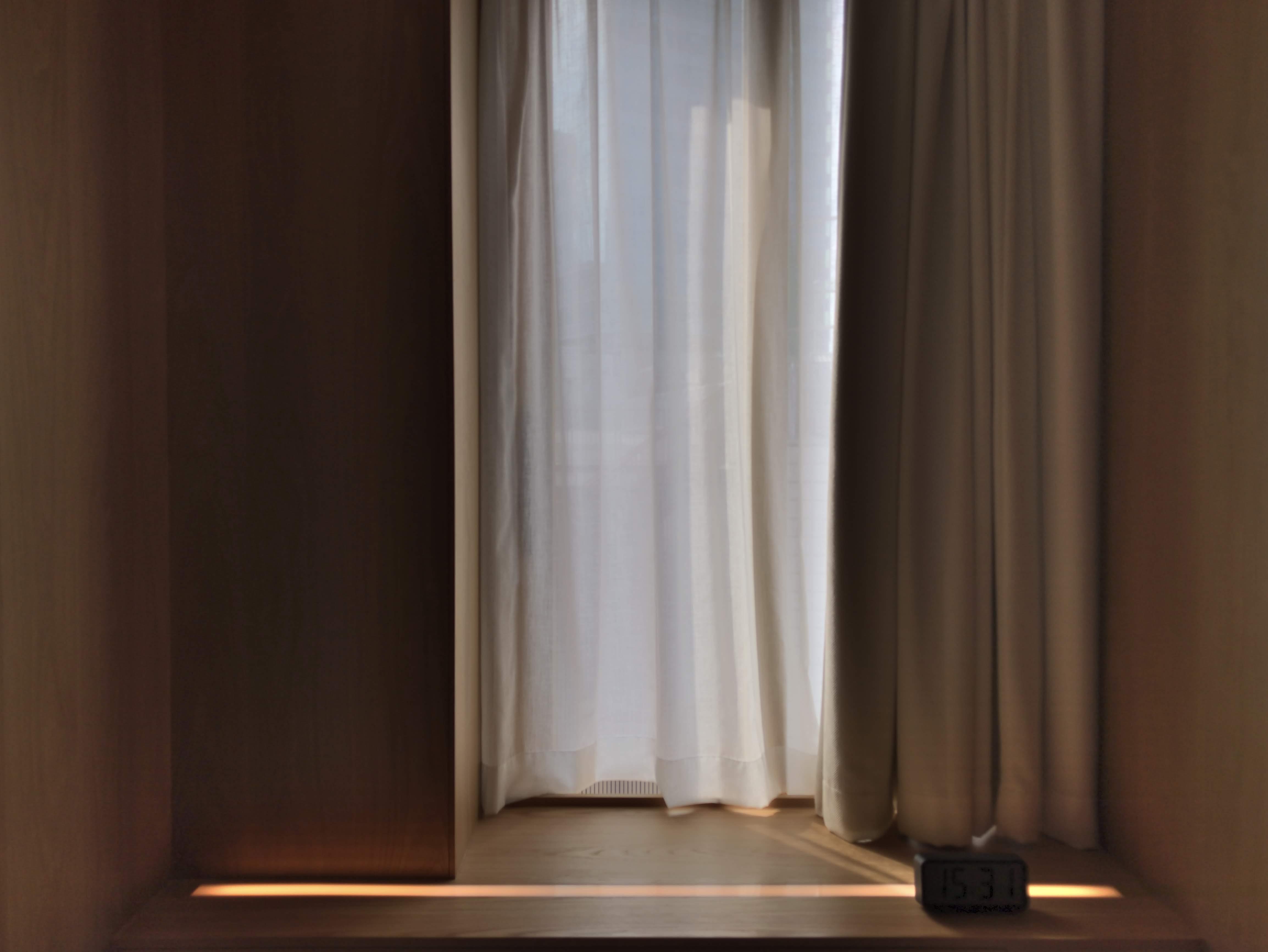 객실에 들어설 때면 센서가 동작을 인식해 두 겹의 커튼이 시간차를 두고 열리면서 기다란 객실로 햇볕이 들어선다. 무지 호텔 선전과 동일한 방식으로 투숙객을 환영하는 느낌이 일관성 있게 전해진다. ©이승준