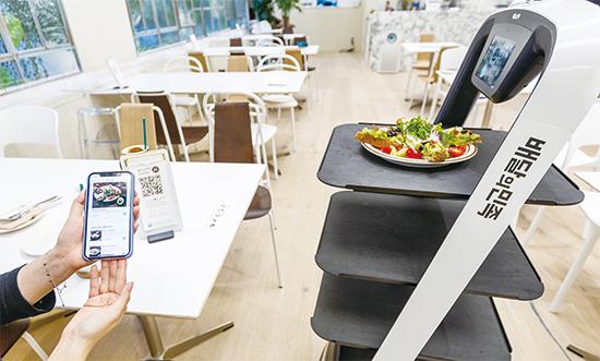 배달의민족 앱으로 QR코드를 스캔해 결제하면 주문이 완료된다. 사진은 서빙 로봇이 주문한 음식을 가져다주는 모습. ⓒ매일경제